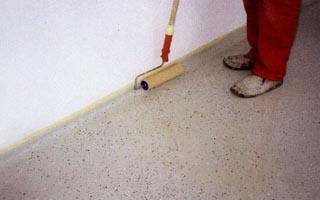 Műgyanta padlóburkolat sarokcsatlakozásának kialakítása
